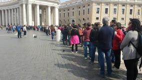 Gente en cola por la columnata famosa de Bernini, esperando para entrar en y para visitar la basílica del ` s de San Pedro metrajes