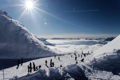 Gente en cuestas del esquí Imagen de archivo libre de regalías
