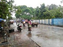 Gente en día lluvioso Imagen de archivo