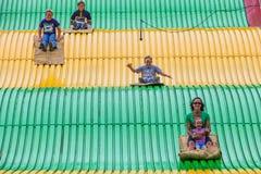 Gente en diapositiva del carnaval en el estado justo Foto de archivo