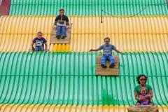 Gente en diapositiva del carnaval en el estado justo Fotografía de archivo libre de regalías