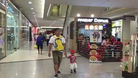 Gente en el aeropuerto de Don Muang en Bangkok, Tailandia almacen de video