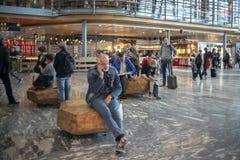 Gente en el aeropuerto de Oslo imagen de archivo libre de regalías