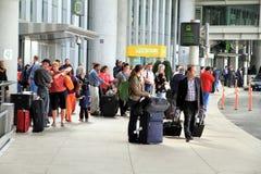 Gente en el aeropuerto de Toronto imagen de archivo