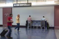 Gente en el aeropuerto internacional de McCarran Fotografía de archivo libre de regalías