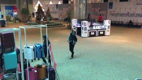 Gente en el aeropuerto KLIA2 en Kuala Lumpur, Malasia almacen de metraje de vídeo