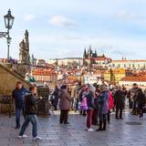 Gente en el alto punto de vista de Praga, República Checa Foto de archivo libre de regalías
