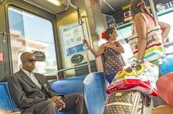 Gente en el autobús céntrico del metro en Miami, los E.E.U.U. Imágenes de archivo libres de regalías