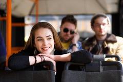 Gente en el autobús ella se preguntaba transporte Imagenes de archivo