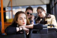 Gente en el autobús ella se preguntaba transporte Fotografía de archivo