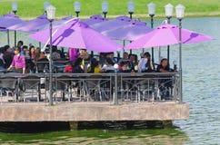 Gente en el café del lago, Dalat, Vietnam Fotos de archivo libres de regalías