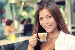 Gente en el café - café de consumición de la mujer Foto de archivo libre de regalías