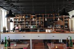 Gente en el café moderno con el interior acogedor Imagen de archivo