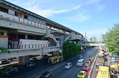Gente en el camino del tráfico en Bangkok Tailandia Imágenes de archivo libres de regalías