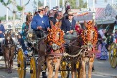 gente en el carro del caballo en Andalucía feria de abril Fotos de archivo libres de regalías