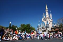 gente en el castillo mágico del reino del mundo de Disney Fotografía de archivo
