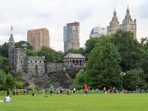 Gente en el Central Park en Nueva York con vistas a castillo del belvedere imagen de archivo libre de regalías