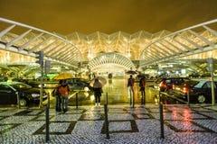 Gente en el centro comercial de Vasco da Gama en lluvia Imágenes de archivo libres de regalías