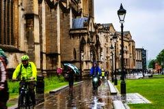 Gente en el centro de Bristol, Reino Unido durante el día lluvioso Cielo nublado brillante Fotografía de archivo