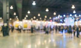 Gente en el centro de exposición y la imagen borrosa de la alameda imagen de archivo