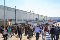 Gente en el centro del merkezi del e-sinav de Esenboga de exámenes electrónicos en esenboga después del examen electrónico del id Imágenes de archivo libres de regalías
