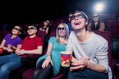 Gente en el cine que lleva los vidrios 3d Imagen de archivo