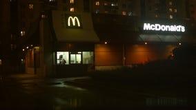 Gente en el coche en línea en McDonald's
