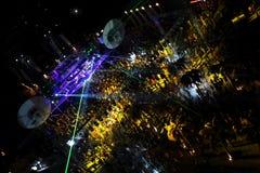 Gente en el concierto al aire libre de la noche Foto de archivo