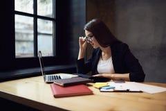 Gente en el contenido informativo del trabajo en el sitio web que se sienta en oficina Imagen de archivo