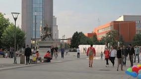 Gente en el cuadrado Pristina de Skanderbeg almacen de video