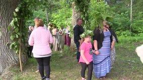 Gente en el día de fiesta del pleno verano almacen de video