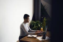 Gente en el detalle del trabajo de la compra que trabaja en línea vía el ordenador portátil y el wifi Imágenes de archivo libres de regalías