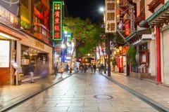 Gente en el distrito de Chinatown de Yokohama en la noche, Japón Imagen de archivo