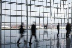 Gente en el edificio moderno Imagen de archivo libre de regalías