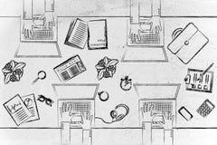 Gente en el escritorio de oficina con los ordenadores portátiles y los objetos comerciales Fotografía de archivo libre de regalías