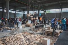 Gente en el espacio de Ventura Lambrate durante la semana de Milan Design Imágenes de archivo libres de regalías
