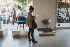 Gente en el espacio de Ventura Lambrate durante la semana de Milan Design foto de archivo