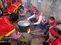Gente en el examen tradicional del traje a hacer alrededor de cak del arroz pegajoso Imagen de archivo