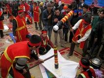 Gente en el examen tradicional del traje a hacer alrededor de cak del arroz pegajoso Fotografía de archivo libre de regalías