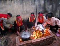 Gente en el examen tradicional del traje a hacer alrededor de cak del arroz pegajoso Imágenes de archivo libres de regalías