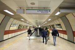 Gente en el ferrocarril en Estambul, Turquía 30 de diciembre de 2017 Imagen de archivo libre de regalías