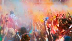Gente en el festival de los colores Holi Barcelona imagen de archivo libre de regalías