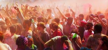 Gente en el festival de los colores Holi Barcelona fotos de archivo libres de regalías