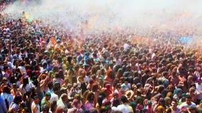 Gente en el festival de los colores Holi Barcelona Fotos de archivo
