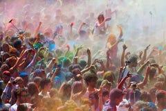 Gente en el festival de los colores Holi Barcelona Imágenes de archivo libres de regalías