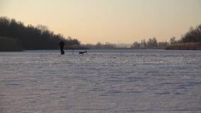 Gente en el hielo Paseo del invierno en los lagos metrajes