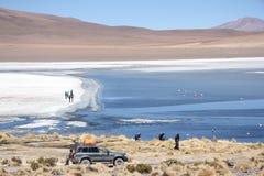 Gente en el lago de la montaña en Eduardo Avaroa Park Foto de archivo libre de regalías