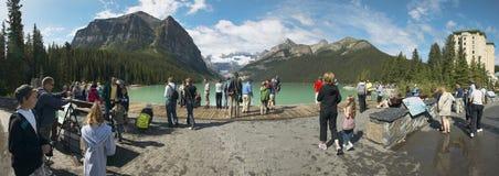 Gente en el lago Louis en Alberta canadá Visión panorámica Foto de archivo