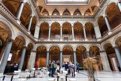 Gente en el MAK - museo austríaco de artes aplicados foto de archivo