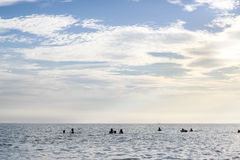 Gente en el mar con el cielo azul y la luz del sol Fotos de archivo libres de regalías